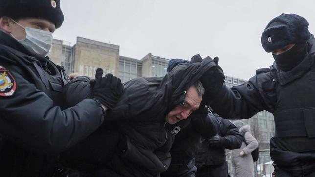 Manifestanti pro-Navalny scendono in piazza in Russia: tensione a Mosca