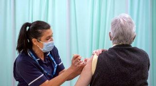 Covid, pronta la diffida contro Pfizer per i tagli ai vaccini | Scontro De Luca-Arcuri