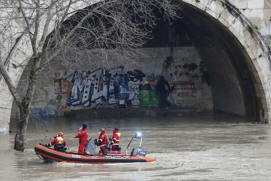 Roma, Tevere in piena: vigili del fuoco mettono in sicurezza piattaforme