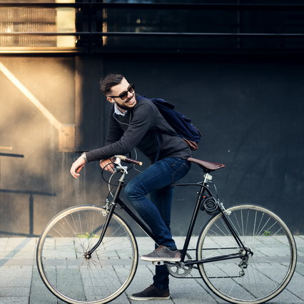 """Backpacks for men, motorcycles and bicycles: what they must have to be also """"intelligent"""""""