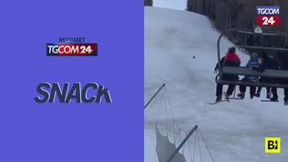 """Lo """"slalom speciale"""" dello sciatore inseguito da un orso"""
