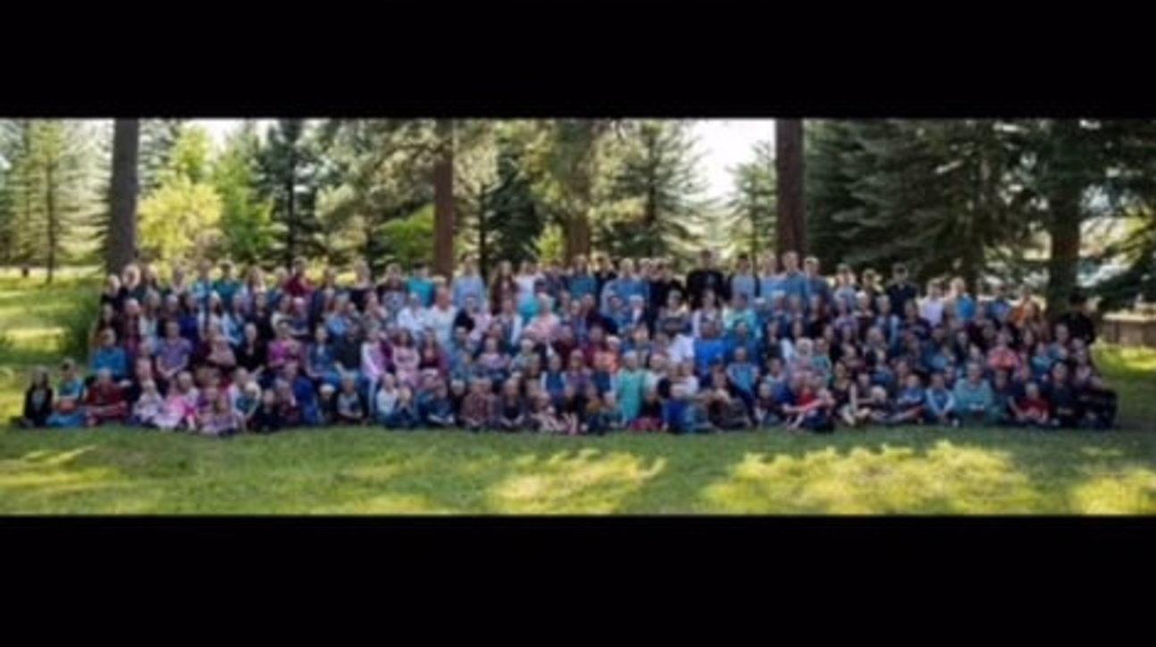 """Usa, un padre, 27 """"mamme"""" e 149 fratelli: la famiglia record di un 19enne"""