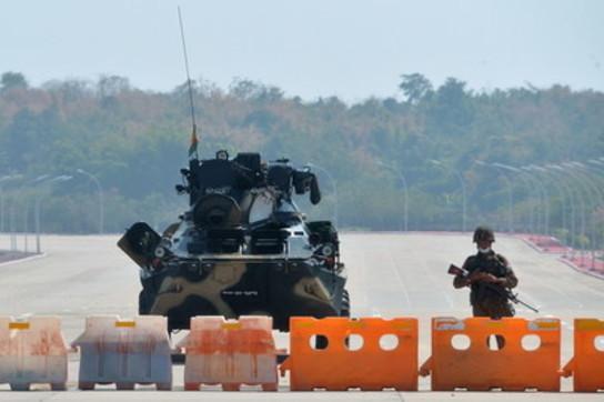 Paura in Birmania, carri armati sulle strade: l'esercito prende il potere