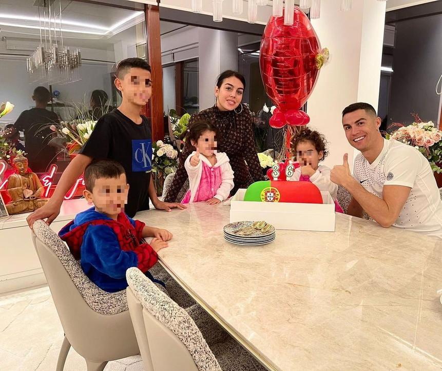 Cristiano Ronaldo spegne le polemiche: festa in casa con Georgina e i figli
