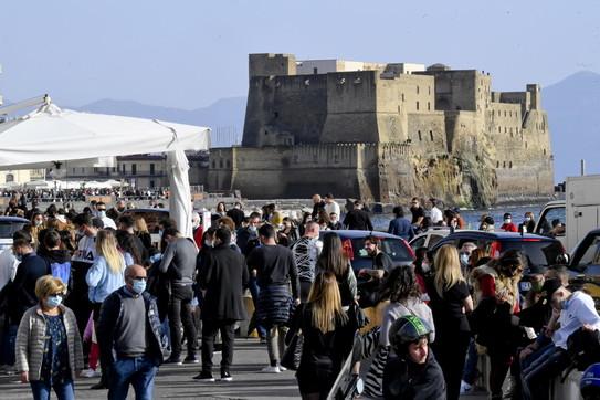 Napoli, assembramenti in città: folla sul lungomare e ristoranti pieni -  Foto Tgcom24