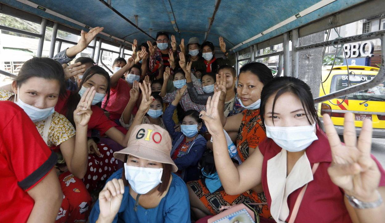Birmania, migliaia in piazza contro il golpe: i militari bloccano Internet