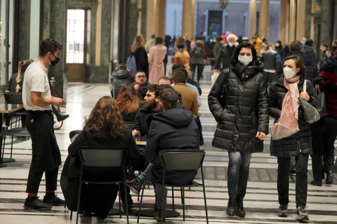 Coronavirus, primo weekend di bar e ristoranti riaperti a Milano e Torino
