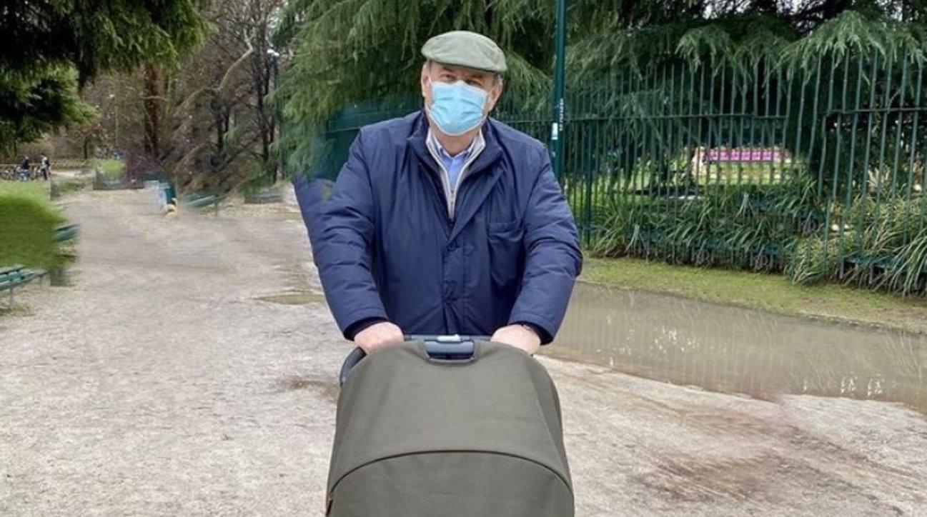 """Gerry Scotti a passeggio con la nipote Virginia: """"Sono molto impegnato"""""""