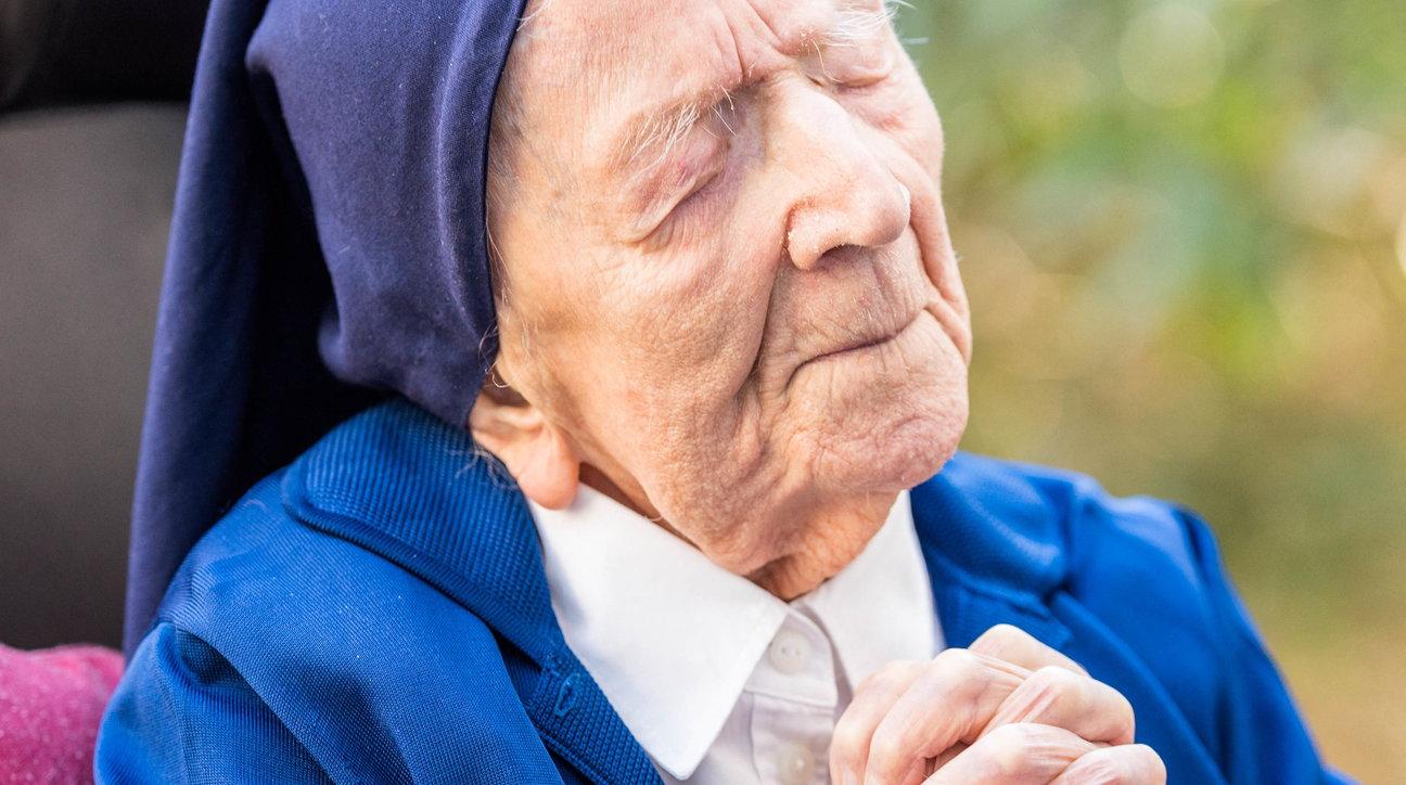 Francia, guarisce dal Covid alla vigilia dei suoi 117 anni: la storia di suor André
