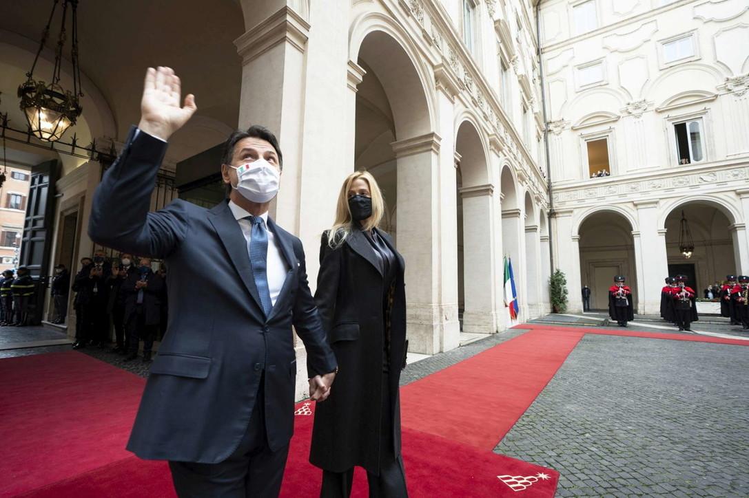 Conte lascia Palazzo Chigi: l'emozione con la compagna Olivia Paladino, gli applausi dei dipendenti e le lacrime di Casalino