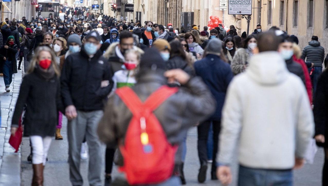 Folla in centro a Roma nel giorno di San Valentino: chiusa la Fontana di Trevi