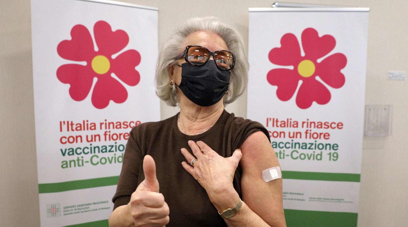 """Prima 85enne vaccinata a Bologna: """"Chi non lo fa è ignorante"""""""