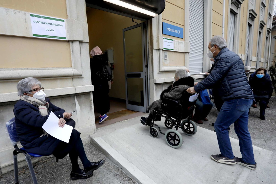 """Milano, parte la vaccinazione over 80: """"assalto"""" di nonnini negli ospedali"""