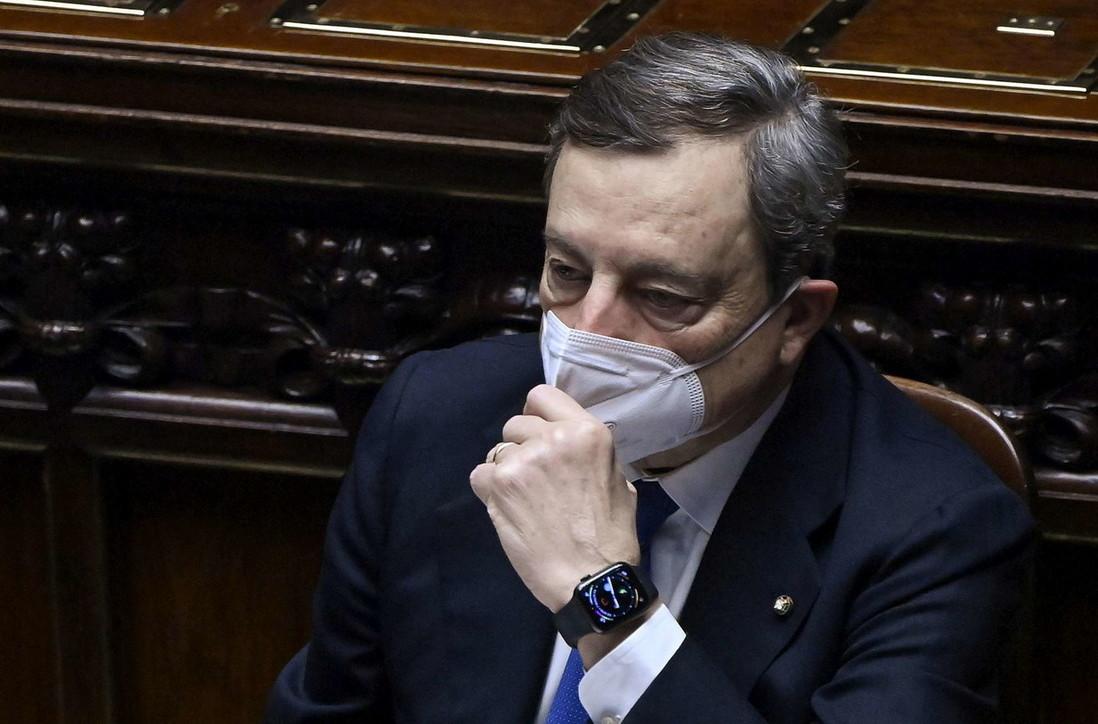 Mario Draghi (uno di noi), il premier in Parlamento ha problemi con la mascherina