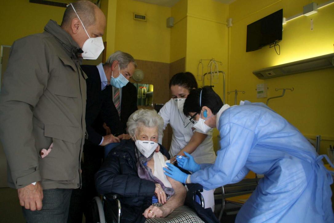 Bertolaso a Cremona per la vaccinazione della 107enne Alma