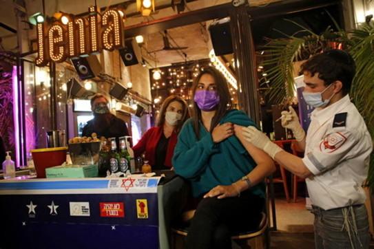 Vaccino e birra: a Tel Aviv la campagna anti-Covid continua al bar