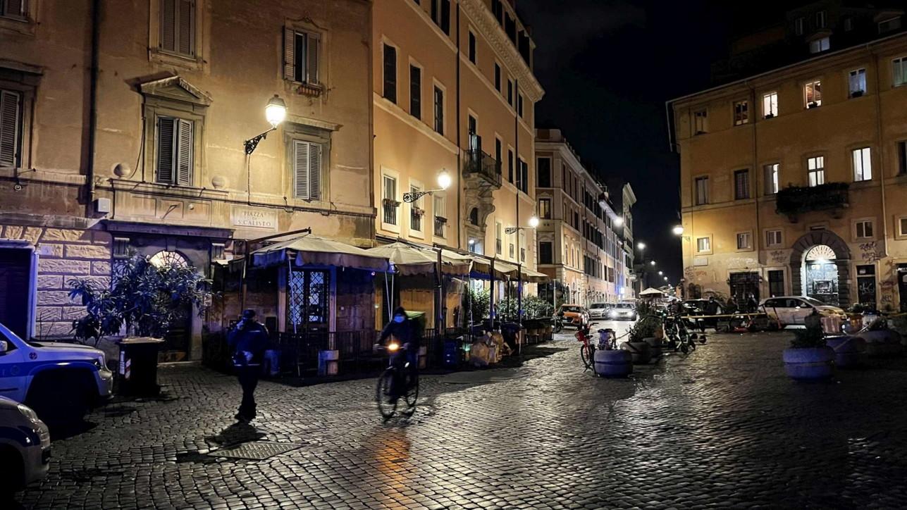 Covid, folla nelle zone della movida:chiuse piazze a Roma