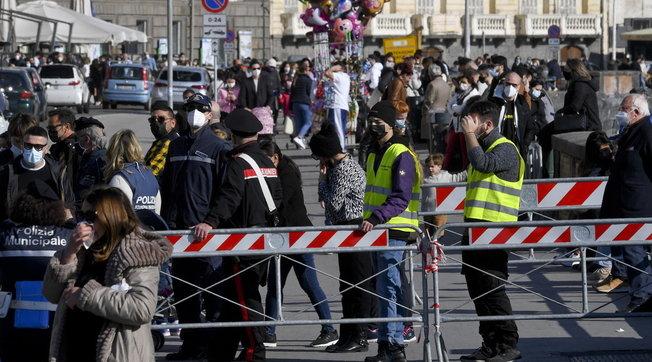 Troppa folla: interventi in via del Corso a Roma e sul lungomare di Napoli   Assembramenti anche in centro a Bologna