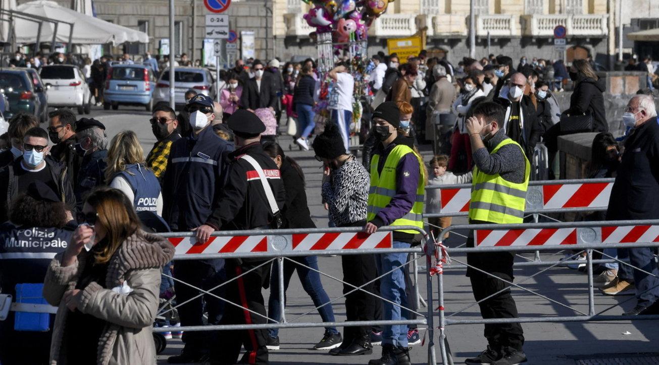 Troppa folla: interventi in via del Corso a Roma e sul lungomare di Napoli | Assembramenti anche in centro a Bologna