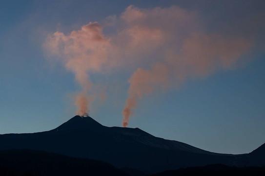 Etna, attività stromboliana dal cratere di Sud Est