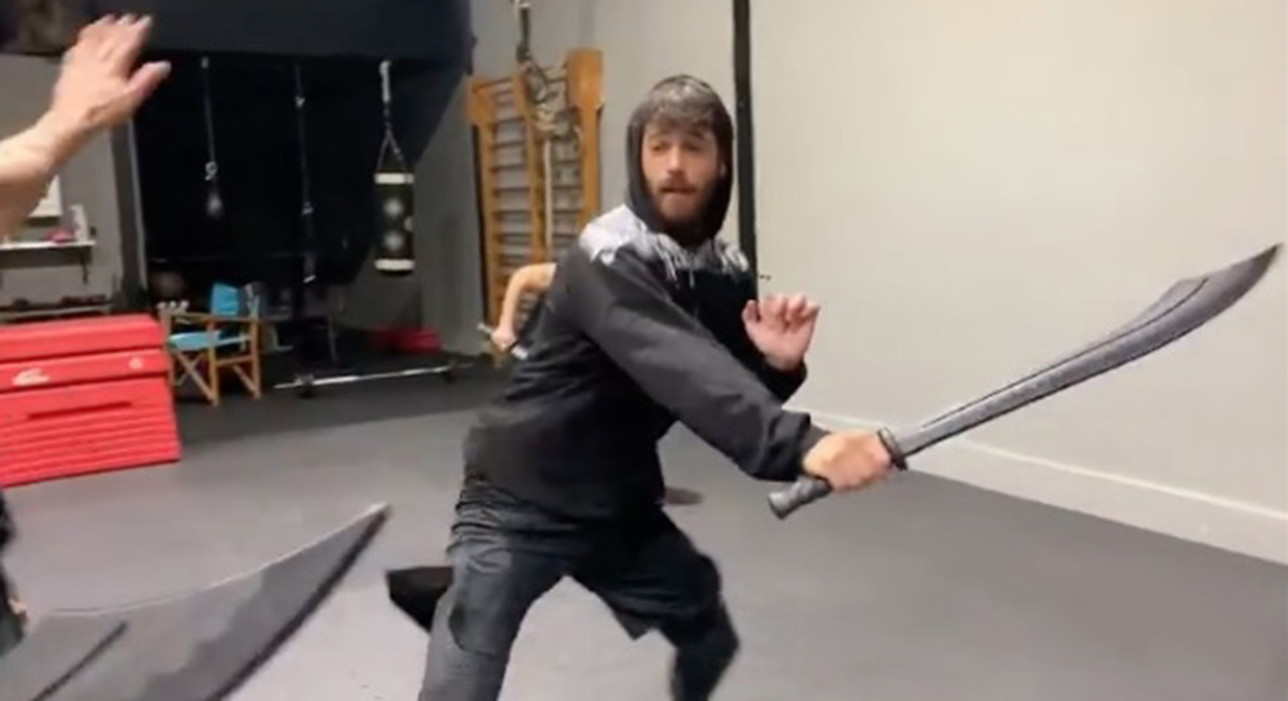Can Yaman si allena con la sciabola per diventare Sandokan nelle serie tv