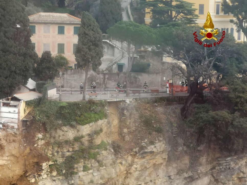 Frana nel cimitero di Camogli: circa 200 bare su scogli e in mare