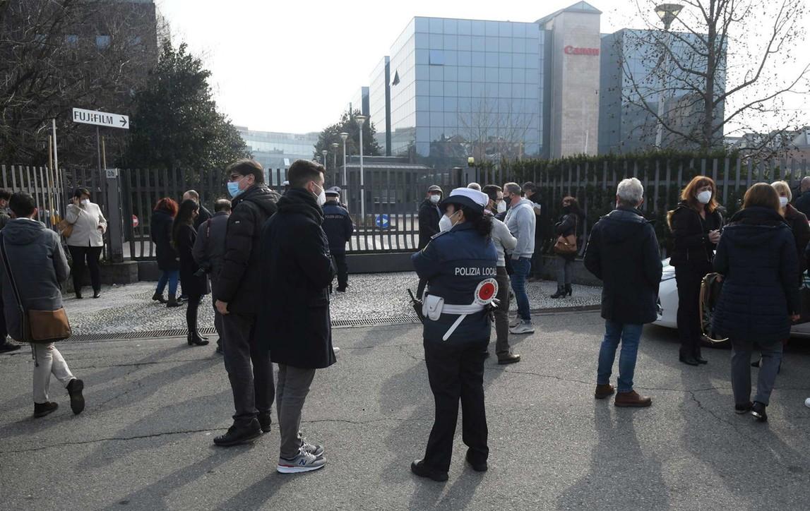 Cervo cade nel Naviglio della Martesana (Milano): salvato