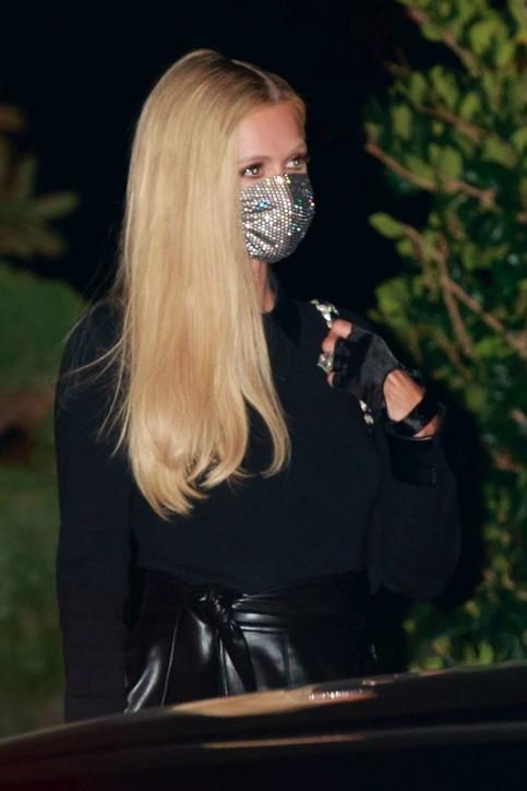 Paris Hilton si prepara alle nozze e intanto sfoggia il brillocco
