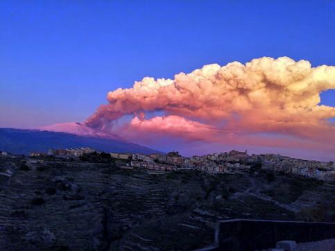 Etna, cenere lavica portata dal vento fino in centro a Palermo