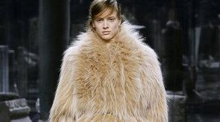 Milano Fashion Week 2021: Fendi omaggia l'eleganza delle donne italiane