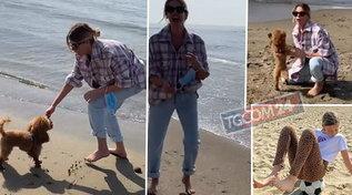Mare, mare, mare per Alessia Marcuzzi sulla spiaggia con i suoi cuccioli