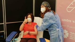 Bari, maestra vaccinata dalla figlia dottoressa