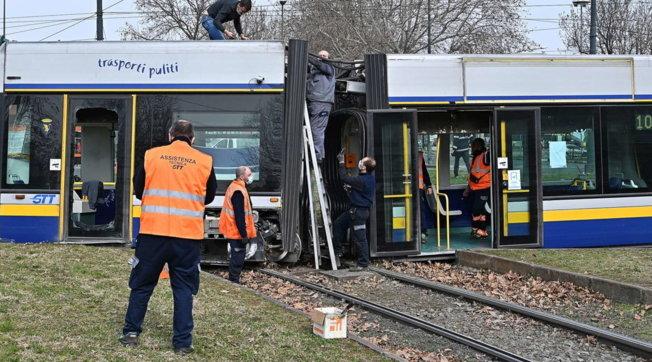 Torino, tram deraglia e si spezza in due