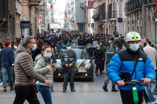 Covid, a Roma folla nelle zona della movida