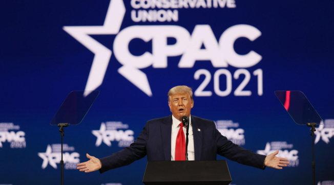Usa, Trump sale sul palco della conferenza dei conservatori ed è subito show