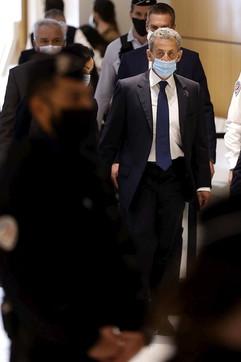 Sarkozy e la moglie Carla Bruni all'uscita del tribunale