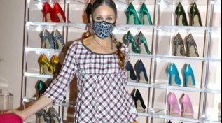 Sarah Jessica Parker festeggia 7 anni della sua collezione di scarpe e accoglie i clienti nel suo negozio