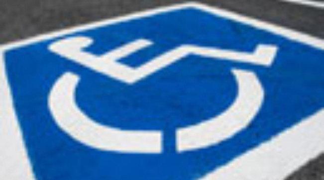 Vicenza, parcheggia Suv sul posto per disabili usando il pass di un defunto: multato