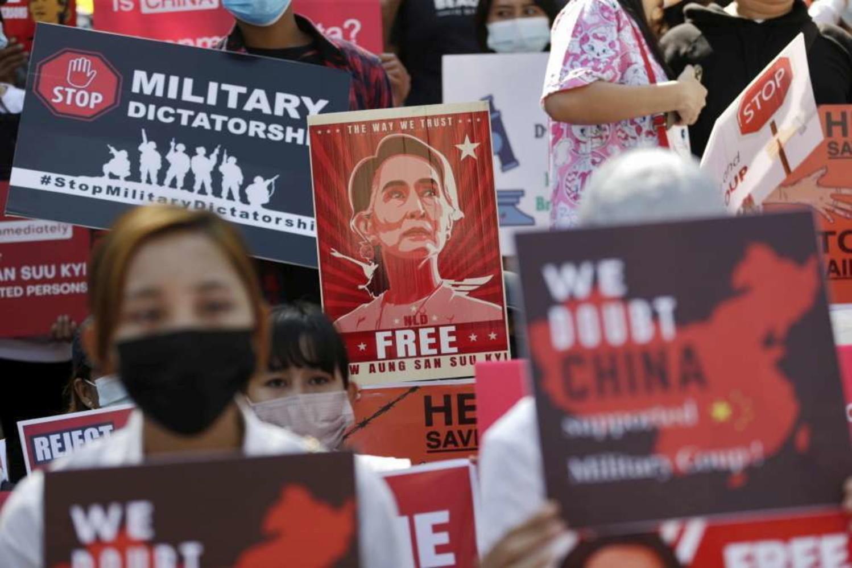 Birmania, manifestanti di nuovo in piazza: polizia spara lacrimogeni