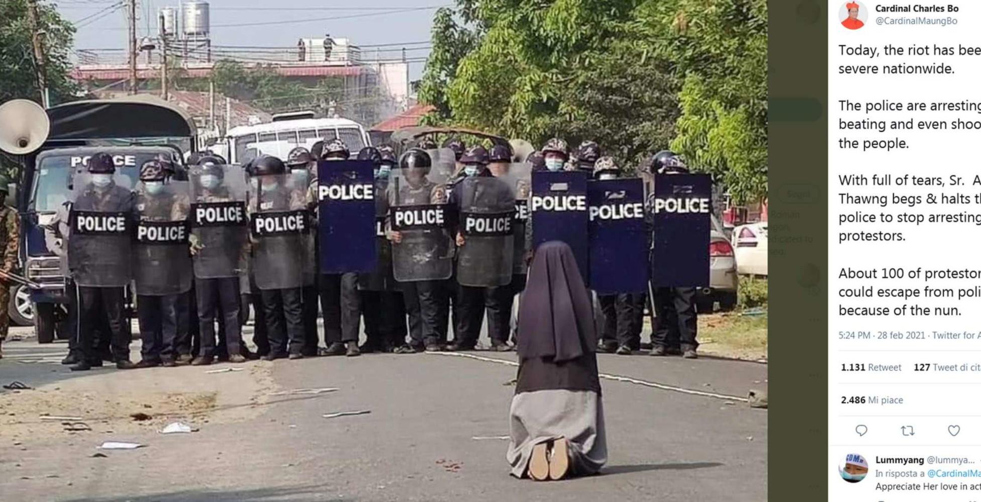 Violenze in Myanmar, la suora in ginocchio implora la polizia di non sparare: la foto fa il giro del mondo