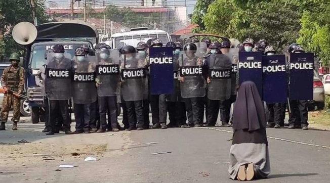 Suor Ann in ginocchio implora la polizia di non sparare: la foto fa il giro del mondo