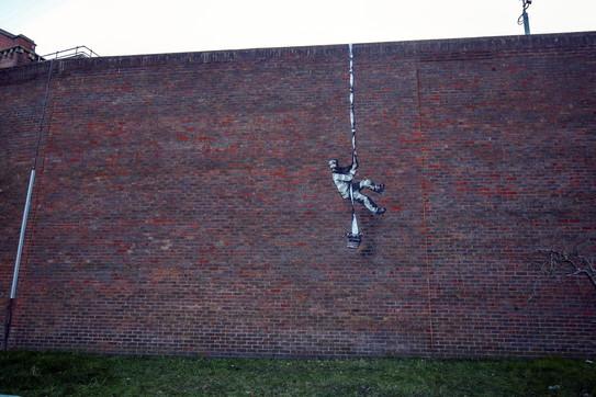 Banksy, l'ultima opera sulle mura dell'ex carcere di Reading