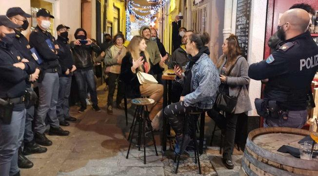 Sanremo, bar sfida le restrizioni anti-Covid: cori contro gli agenti