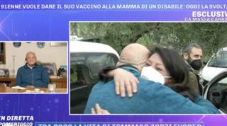 Anziano cede la sua dose alla madre di un disabile e poi viene vaccinato anche lui   Abbraccio in tv  Video