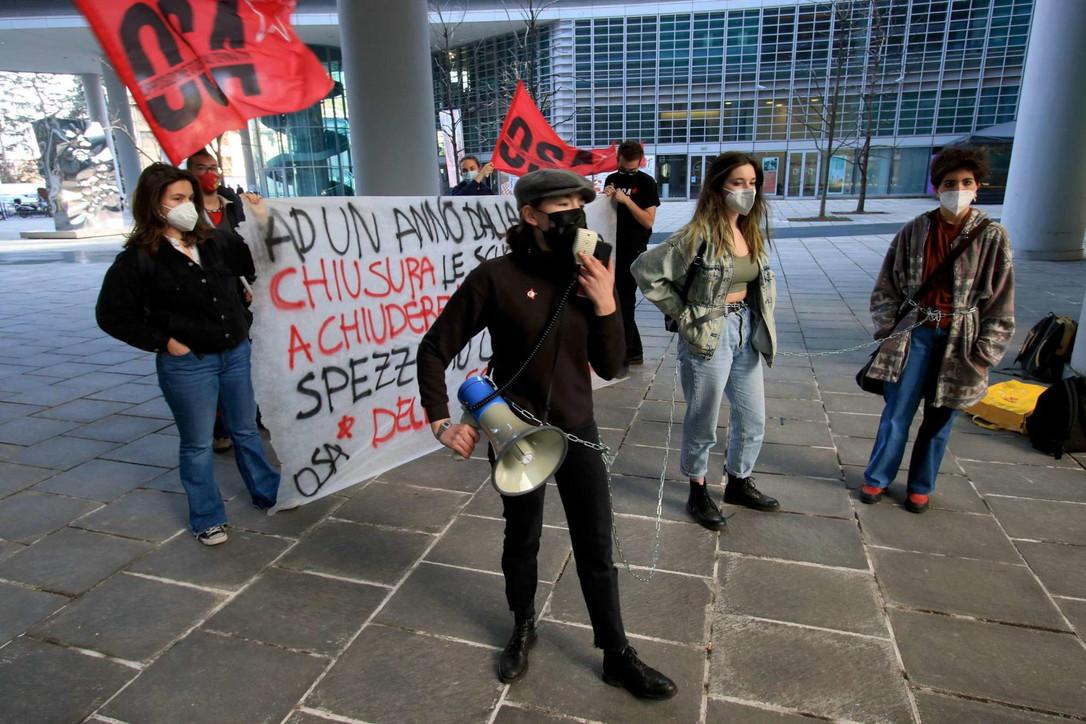 Coronavirus, in Lombardia studenti protestano contro la chiusura delle scuole