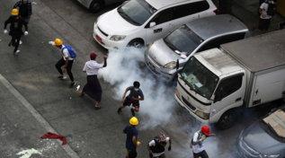 Birmania, gas e granate contro manifestanti a Yangon