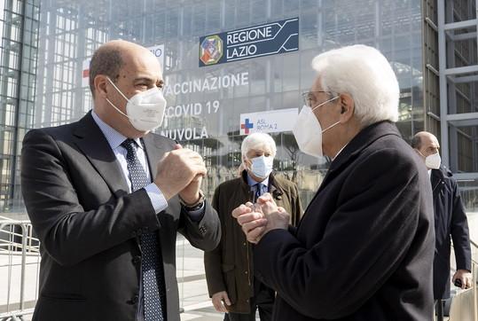 """Coronavirus, Mattarella visita il centro vaccini """"Nuvola"""" di Roma"""