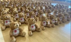 Covid Gb, i piccoli studenti rientrano a scuola: a dare loro il benvenuto un'assemblea di 500 orsacchiotti di peluche