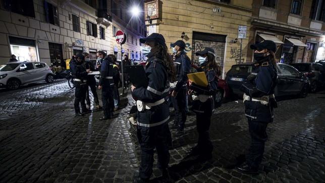 Folla nellezone della movida a Roma, chiusure e multe
