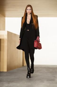 Moda, Versace: i look delle collezioni uomo e donna AI 2021